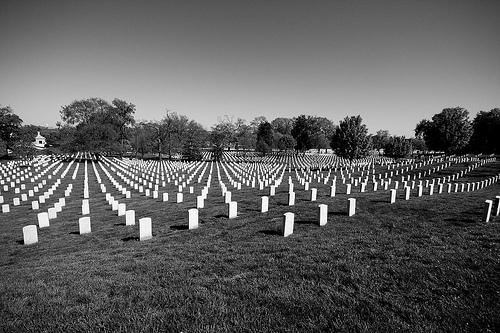 Los cementerios están llenos de imprescindibles. Foto: Flickr