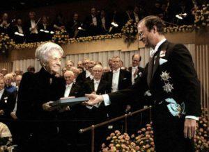 Rita Levi-Montalcini recogiendo el Premio Nobel